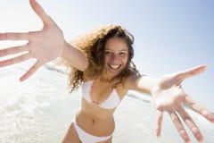 Frau, die auf Strand sich entspannt Stockfotografie