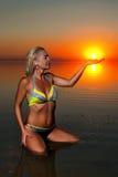 Frau, die auf Strand steht Stockfotos