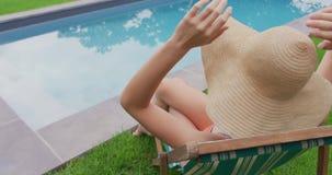 Frau, die auf Stuhl im Hinterhof 4k sitzt stock video footage