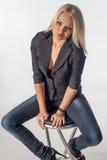 Frau, die auf Stuhl sitzt lizenzfreies stockbild