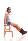 Frau, die auf Stuhl sitzt Lizenzfreie Stockbilder