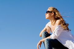 Frau, die auf summr Ferien sich entspannt lizenzfreie stockfotos