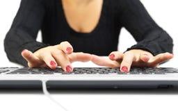 Frau, die auf Tastatur schreibt Stockfoto
