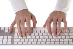 Frau, die auf Tastatur schreibt Lizenzfreie Stockfotografie