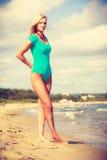 Frau, die auf tragenden Badeanzug des Strandes geht Stockbild