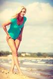 Frau, die auf tragenden Badeanzug des Strandes geht Stockfoto