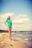 Frau, die auf tragenden Badeanzug des Strandes geht Stockbilder