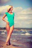 Frau, die auf tragenden Badeanzug des Strandes geht Lizenzfreies Stockfoto