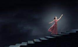 Frau, die auf Treppe läuft Stockfoto