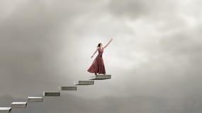 Frau, die auf Treppe läuft Stockfotos
