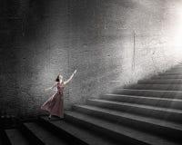 Frau, die auf Treppe läuft Lizenzfreie Stockfotografie