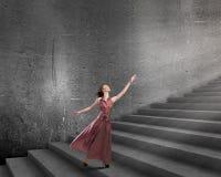 Frau, die auf Treppe läuft Stockbilder