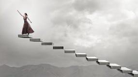 Frau, die auf Treppe läuft Lizenzfreie Stockfotos