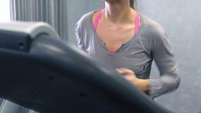 Frau, die auf Tretmühle in der Gymnastik läuft stock video footage