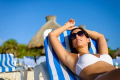 Frau, die auf tropischen Strandferien sich entspannt Stockfoto