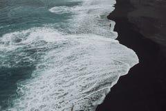 Frau, die auf tropischen Strandschwarzsand im weißen Bikini legt lizenzfreie stockbilder