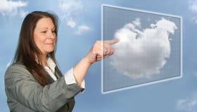 Frau, die auf virtuelle Wolke zugreift Lizenzfreie Stockfotografie