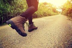 Frau, die auf Waldspur wandert Lizenzfreie Stockfotografie