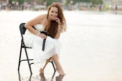 Frau, die auf Wasser aufwirft Stockfotografie