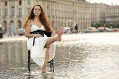 Frau, die auf Wasser sich entspannt Lizenzfreie Stockfotos
