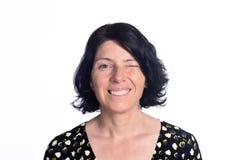 Frau, die auf Weiß blinzelt Lizenzfreies Stockbild