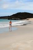 Frau, die auf weißem Strand rüttelt Stockfotografie