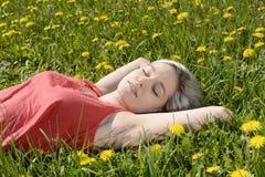 Frau, die auf Wiese schläft Stockfotografie