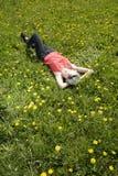 Frau, die auf Wiese schläft Lizenzfreie Stockfotografie