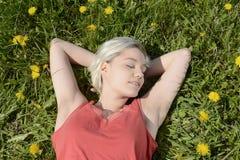 Frau, die auf Wiese schläft Lizenzfreie Stockbilder