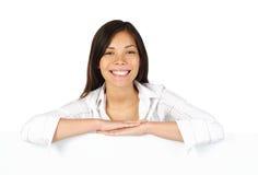 Frau, die auf Zeichen sich lehnt Lizenzfreies Stockfoto