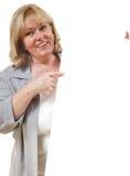 Frau, die auf Zeichen zeigt stockfoto