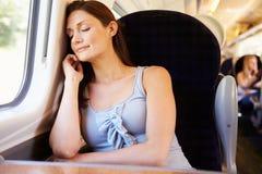 Frau, die auf Zug-Reise stillsteht Stockfotografie