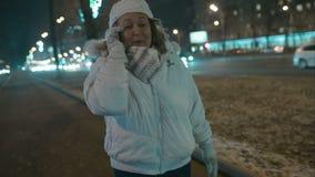 Frau, die aufregendes Telefongespräch während des Abends hat stock video