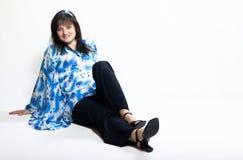 Frau, die aus den Grund sitzt Lizenzfreies Stockfoto