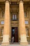 Frau, die aus Kathedrale herauskommt Lizenzfreies Stockfoto
