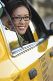 Frau, die aus Taxi-Fenster heraus schaut Stockfotografie
