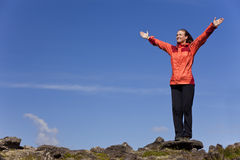 Frau, die Ausführung oben auf einen Berg feiert stockfotografie