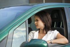 Frau, die Auto antreibt Stockfotos
