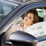 Frau, die Auto antreibt Lizenzfreie Stockbilder