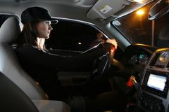 Frau, die Auto antreibt Stockfotografie