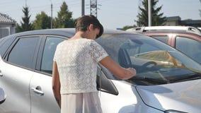 Frau, die Auto für das Kaufen in der wirklich wünschenden Verkaufsstelle wählt stock video