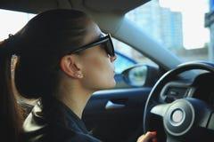 Frau, die Autonahaufnahme fährt Lizenzfreie Stockfotografie
