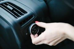 Frau, die Autoscheinwerfer einschaltet lizenzfreies stockbild