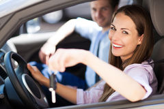 Frau, die Autoschlüssel zeigt Lizenzfreies Stockfoto