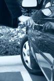 Frau, die Autotür entsperrt lizenzfreies stockbild