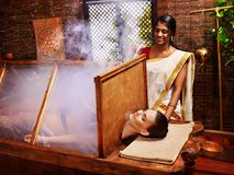 Frau, die Ayurveda-Sauna hat. lizenzfreie stockfotos