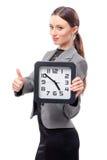 Frau, die Bürouhr hält Lizenzfreie Stockbilder