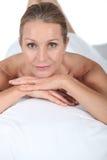 Frau, die am Badekurort sich entspannt stockfotografie