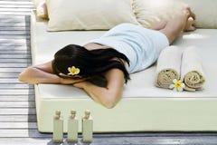 Frau, die Badekurortbehandlung erhält lizenzfreies stockbild