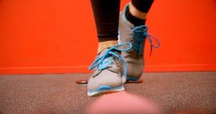 Frau, die balancierende Übung im Eignungsstudio 4k tut stock footage